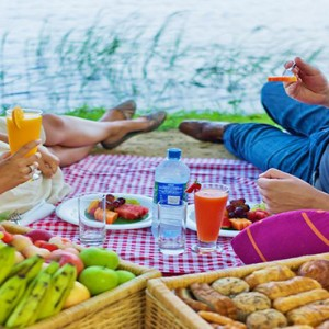 Cinnamon Lodge Habarana - Luxury Sri Lanka Honeymoon Package - couple having a picnic
