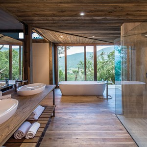 Kariega Game Reserve - Luxury South Africa Honeymoon Packages - Settlers drift bathroom