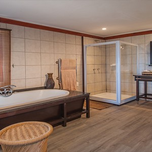 Kariega Game Reserve - Luxury South Africa Honeymoon Packages - Uzokhi Lodge bathroom