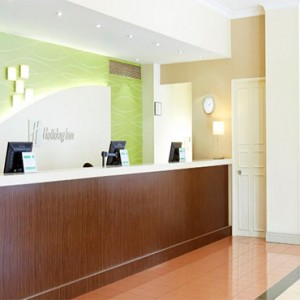 holiday-inn-darling-harbour-australia-honeymoon-packages-front-desk