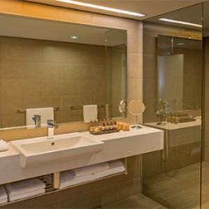 parkroyal-darling-harbour-australia-honeymoon-packages-premier-room-bathroom