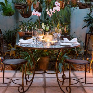 private-dining-giraffe-manor-luxury-kenyan-honeymoon-packages