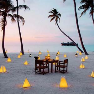 Gili Lankanfushi - Maldives Honeymoon Packages - dining on the beach