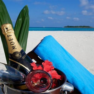 Komandoo Island Resort - Maldives honeymoon packages - champagne on the beach