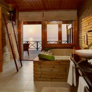 Komandoo Island Resort - Maldives honeymoon packages - jacuzzi water villa bathroom