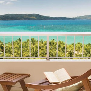 reef-view-hotel-australia-honeymoon-packages-coral-sea-view-room-balcony