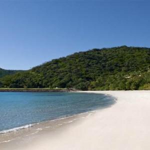 reef-view-hotel-australia-honeymoon-packages-beach