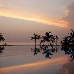 Uga Bay - Luxury Sri Lanka Honeymoon Packages - Pool at sunset