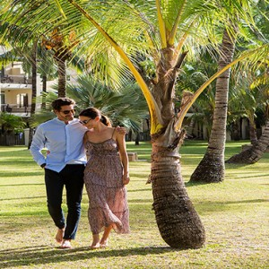 Mauritius Honeymoon Packages Shandrani Beachcomber Resort & Spa Couple Stroling In The Garden
