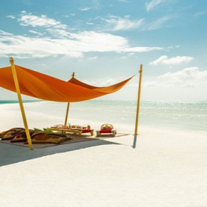 COMO Cocoa island - Luxury Maldives Honeymoon Packages - Picnic lunch on cocoa sandbank