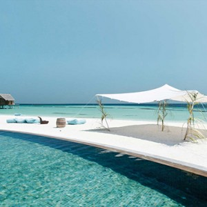 Constance Moofushi - Luxury Maldives Honeymoon Packages - Outdoor infinity pool and ocean