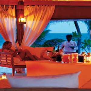 Diamonds Athuruga - Luxury Maldives Honeymoon Packages - Maakeyn main bar
