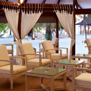 Diamonds Athuruga - Luxury Maldives Honeymoon Packages - Maakeyn main bar1