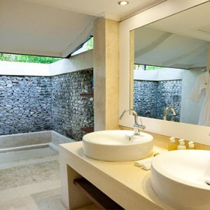 Diamonds Athuruga - Luxury Maldives Honeymoon Packages - beach villa bathroom
