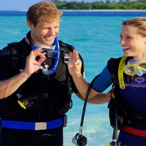 Hurawalhi Island - Luxury Maldives Honeymoon Packages - couple scuba diving
