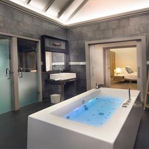 JA Manafaru - Luxury Maldives Honeymoon Packages - Sunset water villas with infinity pools bathroom1