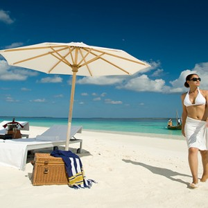 JA Manafaru - Luxury Maldives honeymoon packages - castaway island beach picnic1