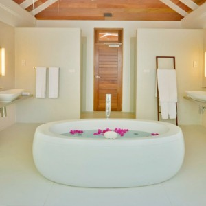Kandolhu Maldives - Luxury Maldives Honeymoon Packages - Jacuzzi Beach Villa bathroom