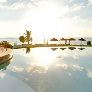 Lux South Ari Atoll - Luxury Maldives Honeymoon Packages - Veli Pool Bar