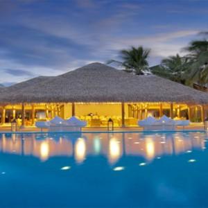Maafushivaru - Luxury Maldives Honeymoon Packages - Pool and water bar