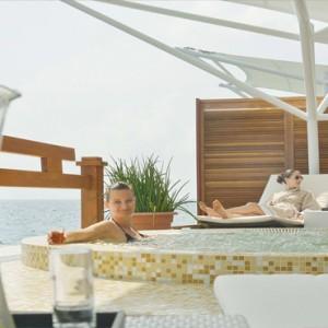 Maafushivaru - Luxury Maldives Honeymoon Packages -Spa jacuzzi outside