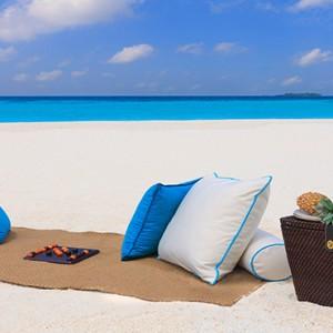 Milaidhoo Island Maldives - Luxury Maldives Honeymoon Packages - sandbank picnic