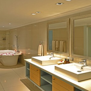 Shamwari Game Reserve - Luxury South Africa Honeymoon Packages - Long Lee Manor interior bathroom
