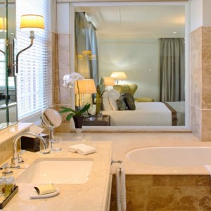 Taj Cape Town - Luxury South Africa Honeymoon Packages - Luxury Heritage rooms with Mountain Views bathroom