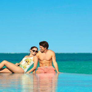 Maldives Honeymoon Packages Fairmont Maldives Sirru Fen Fushi Couple At Infinity Pool