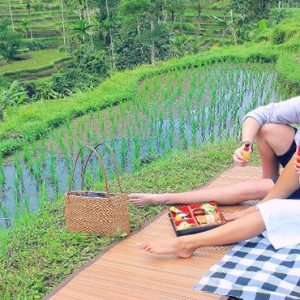 Bali Honeymoon Packages The Kayon Resort By Pramana Couple Picnic By The Rice Paddies
